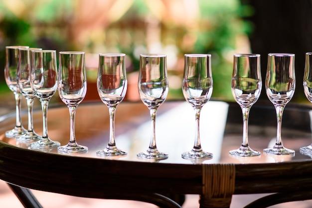 Крупным планом на расположение бокалов для вина