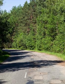 Крупным планом на асфальтовой дороге