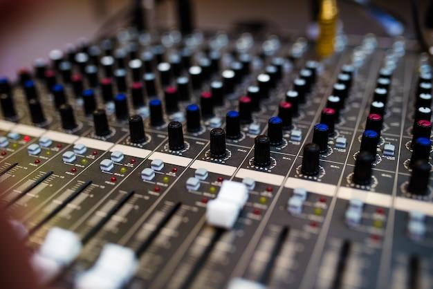 Крупный план управления аудиомикшером.