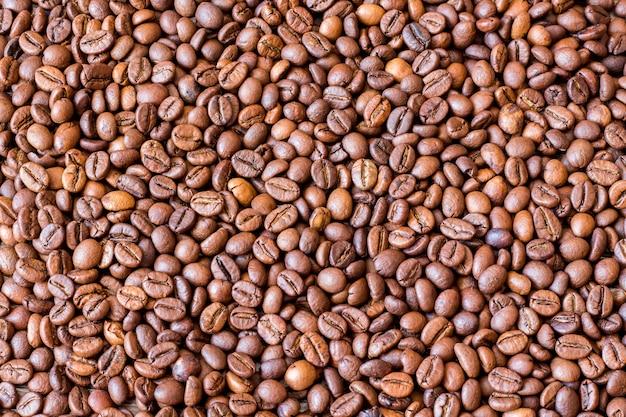 Крупным планом на фоне текстуры кофейных зерен