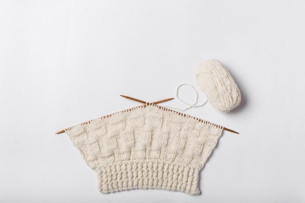 孤立した毛糸と編み物のボールにクローズアップ