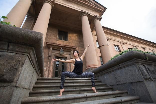 Крупным планом балерина на улице