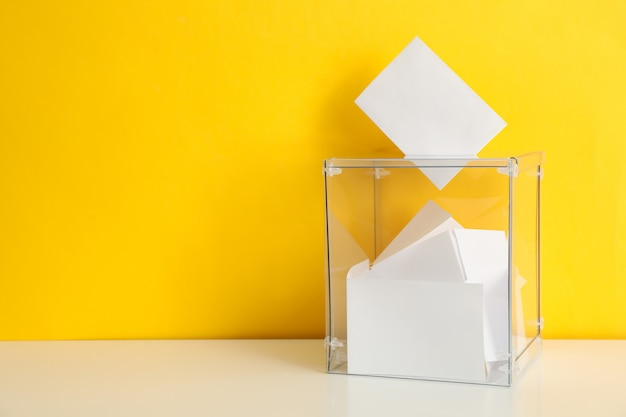 Крупным планом бюллетень в урну для голосования