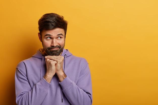 Крупным планом на изолированном бородатом молодом человеке