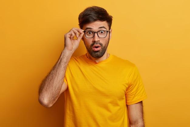 Крупным планом на бородатый молодой человек в очках изолированные