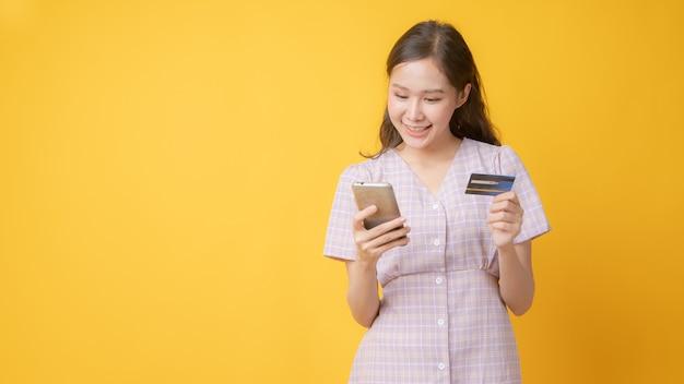 Крупным планом на красивая азиатская женщина, оплачивающая онлайн-карту
