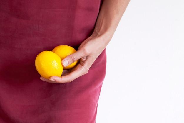 과일을 들고 아름 다운 여성의 손에 근접입니다. 건강 식품의 개념.