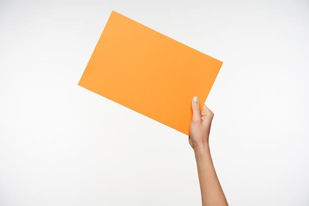 Крупным планом на красивые руки, держа чистый лист бумаги