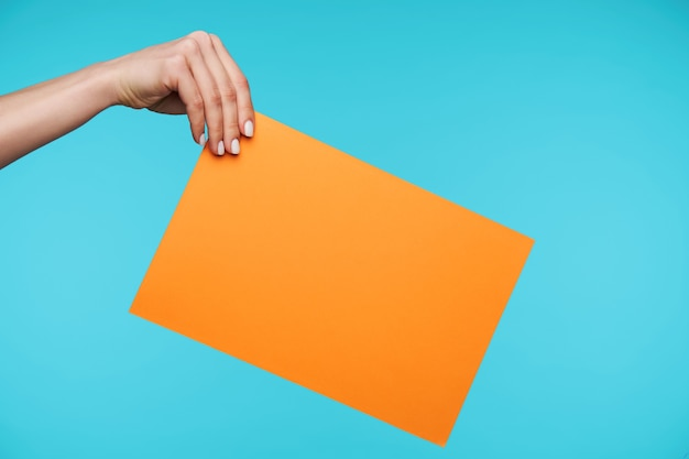 종이의 빈 시트를 들고 아름 다운 손에 닫기