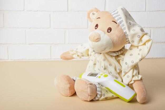 パジャマで美しいテディベアのおもちゃにクローズアップ