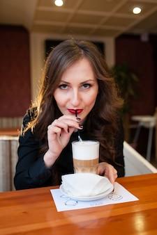 Крупным планом на красивая женщина, пить кофе