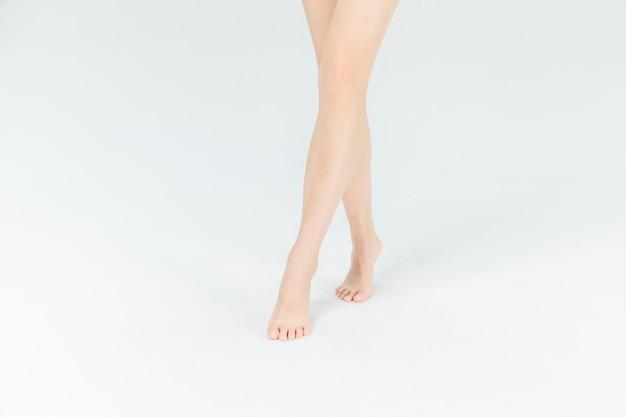 分離された美しい女性の足にクローズアップ