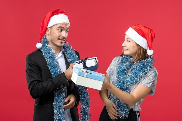 고립 된 산타 모자를 쓰고 아름 다운 젊은 부부에 가까이
