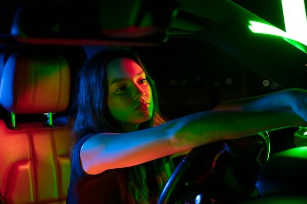 Крупным планом на красивой молодой женщине за рулем