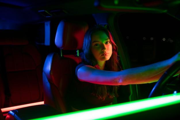運転している美しい若い女性にクローズアップ 無料写真