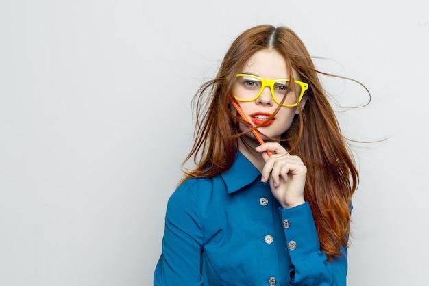 メガネと美しい若い女性にクローズアップ