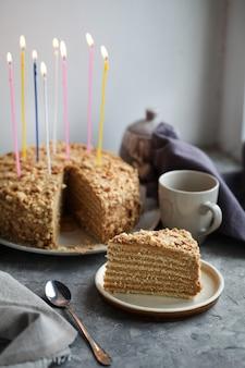 Крупным планом на день рождения медовый торт со свечами