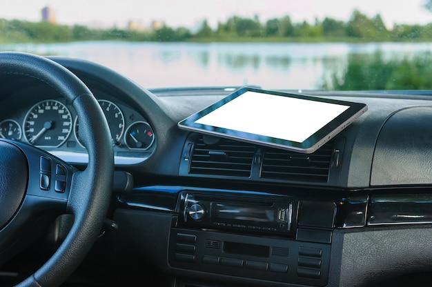 Крупным планом на пустой цифровой планшет в машине