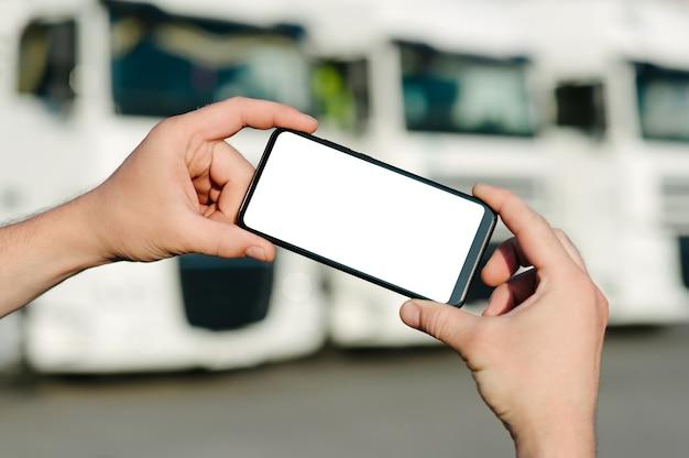 Крупным планом на пустой мобильный телефон в руке