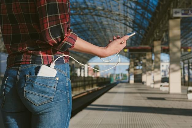 Крупным планом на пустой мобильный телефон с power bank