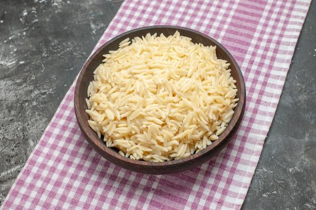 갈색 나무 냄비에 삶은 쌀을 닫습니다