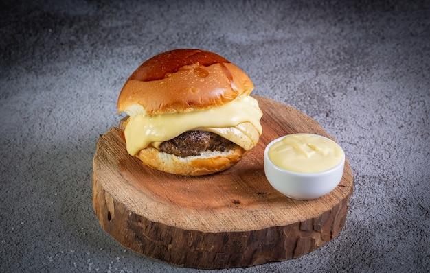 チーズとマスタードソースのハンバーガーにクローズアップ