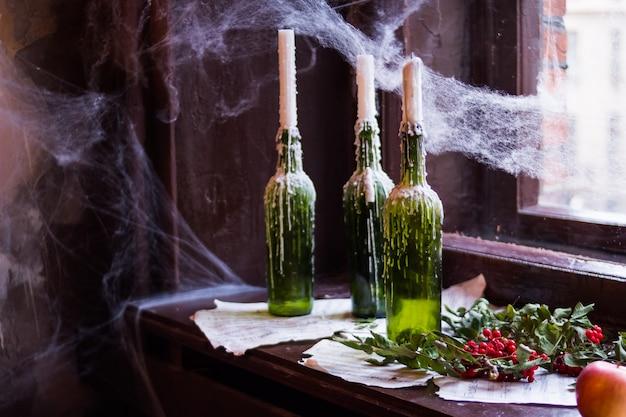 Крупным планом на зажженные свечи в бутылках