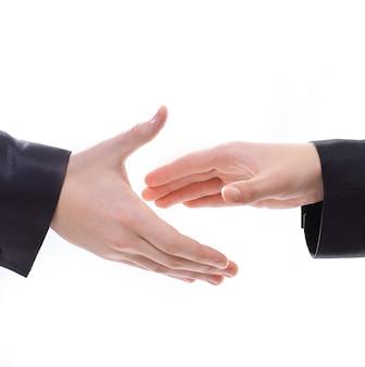 Крупным планом деловых людей, протягивающих руки для рукопожатия