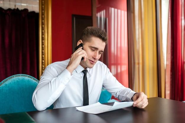 Крупным планом на бизнесмена, разговаривающего по телефону