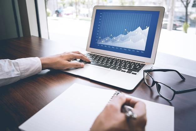 ノートパソコンで作業中のビジネスマンにクローズアップ