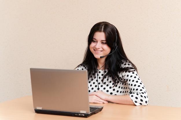 Крупным планом женщина колл-центра улыбается
