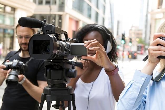 インタビューを撮影するカメラクルーのクローズアップ