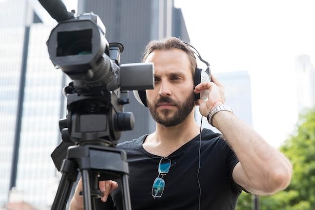 彼の仕事をしているカメラマンにクローズアップ