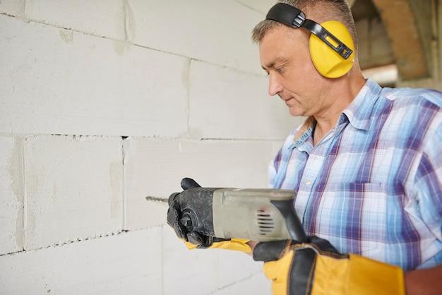 Крупным планом плотник работает в своей мастерской