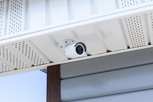 家の屋根のcctvセキュリティカメラにクローズアップ