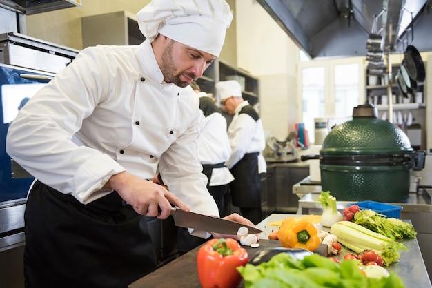 레스토랑 주방에서 요리하는 요리사에 닫습니다