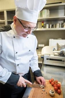 レストランの厨房で料理をするシェフのクローズアップ