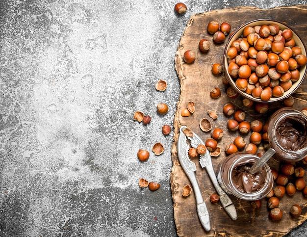 Крупным планом на шоколадном масле с фундуком