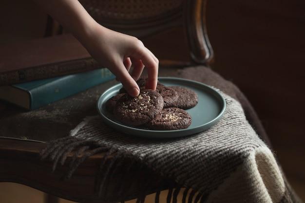 プレート上のチョコレートクッキーにクローズアップ