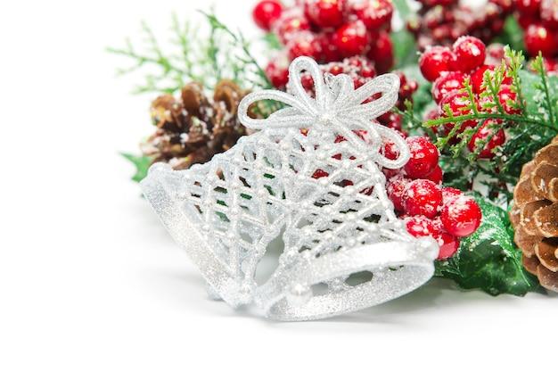 Закройте на рождественское украшение с колокольчиками