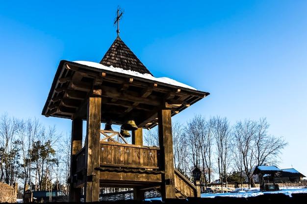 青い空を背景に教会の鐘楼にクローズアップ