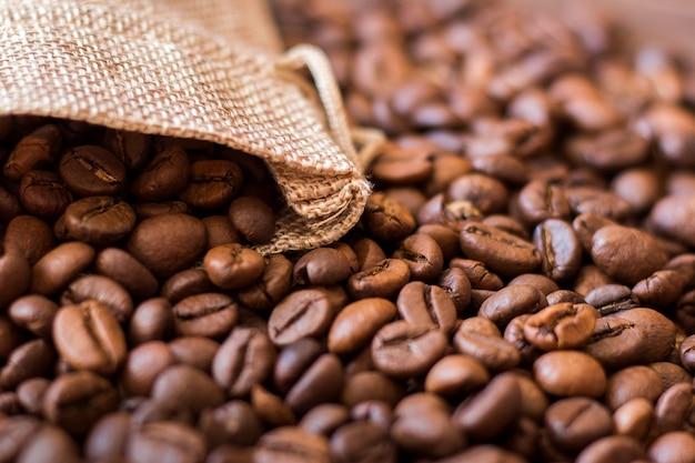 袋から落ちるコーヒーの穀物にクローズアップ