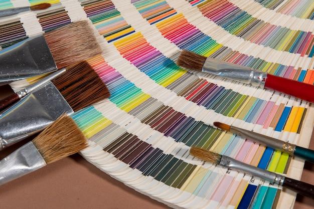 인쇄 및 페인트 브러시 개념에 대한 색상 팔레트 가이드에 대한 클로즈업, 디자인을 위한 색상 선택