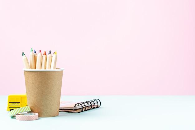 Крупным планом на цветные карандаши в стакане из эко-бумаги