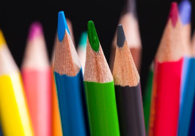 色付きの木製の鉛筆のクローズアップ