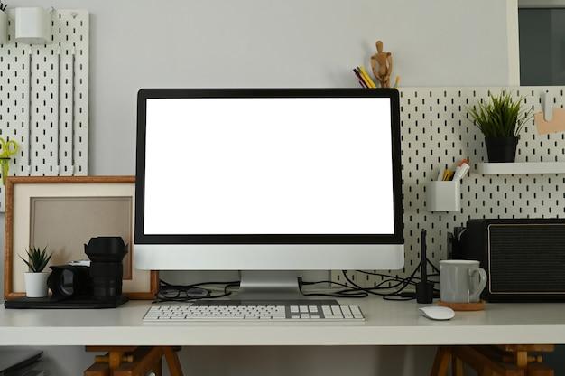 白い机の上のコンピューターにクローズアップ