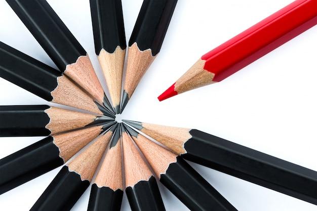 Крупным планом на концепции выдающегося с различными изолированными карандашами