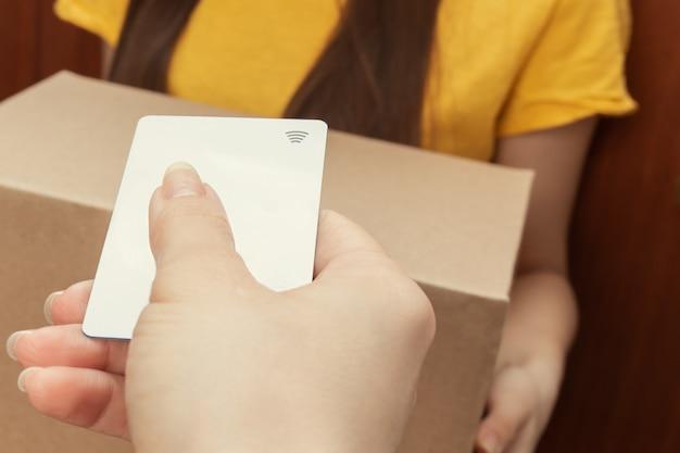 クレジットカードによる非接触型決済のクローズアップ