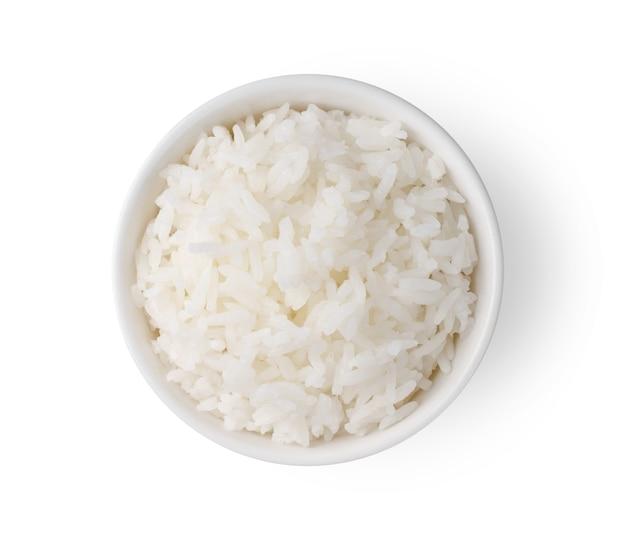 Крупным планом на вареный рис в белой миске изолированы