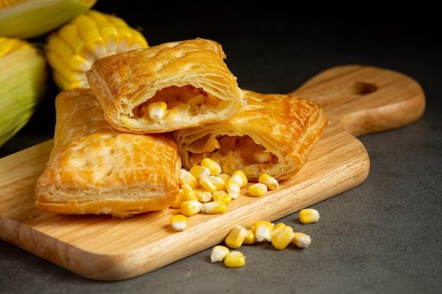 Закрыть на кукурузный пирог, готовый к употреблению